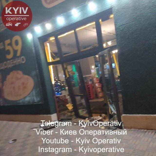 В Киеве машина протаранила пиццерию. Все началось с массовой драки - фото 192155