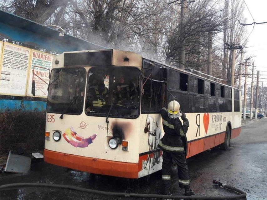 В Кривом Роге сгорел троллейбус – ФОТО - фото 192175