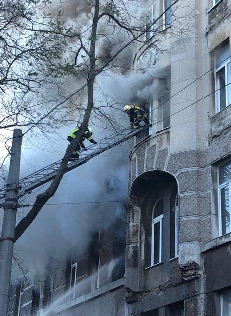 В Одессе горит колледж, есть жертвы - ФОТО, ВИДЕО (ДОПОЛНЕНО) - фото 192288