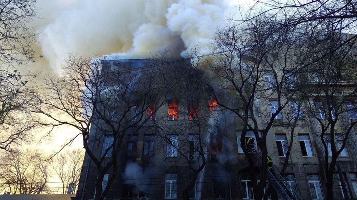 В Одессе горит колледж, есть жертвы - ФОТО, ВИДЕО (ДОПОЛНЕНО) - фото 192296