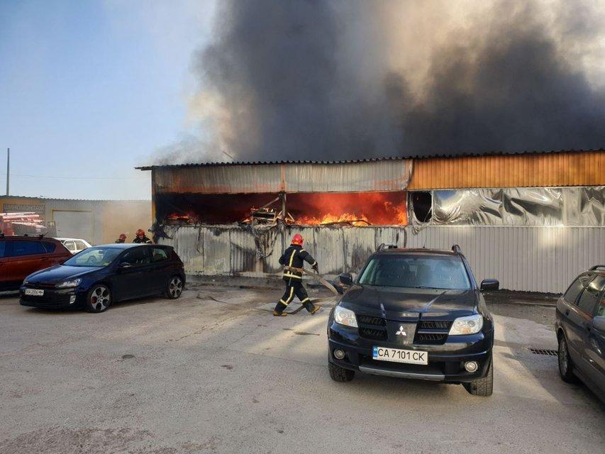 В Киеве масштабно горят склады швейной фабрики (ФОТО+ВИДЕО) - фото 192434