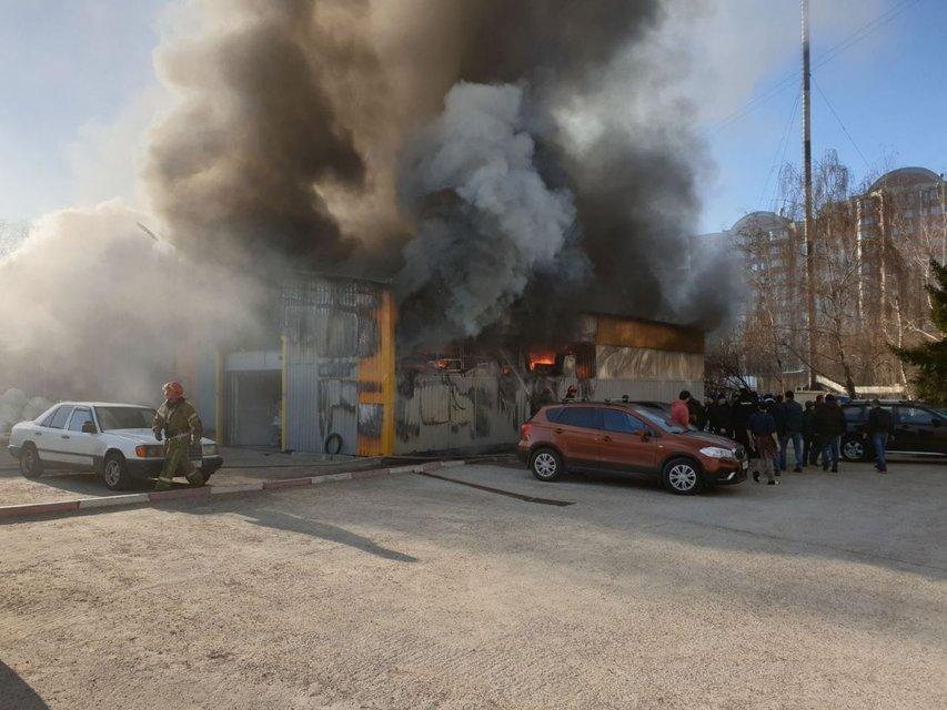 В Киеве масштабно горят склады швейной фабрики (ФОТО+ВИДЕО) - фото 192435