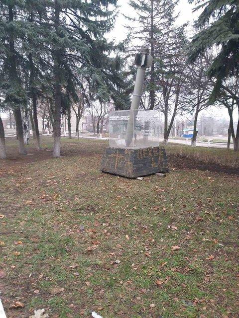 Чтобы глаза не мозолил: в Краматорске убрали с улиц памятник погибшим при обстреле города - фото 192599