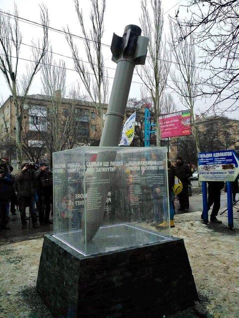 Чтобы глаза не мозолил: в Краматорске убрали с улиц памятник погибшим при обстреле города - фото 192600