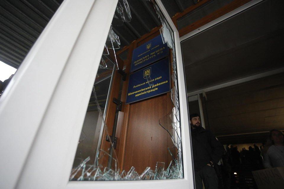 Выбили двери и разбили окна: неизвестные ворвались на сессию Львовского горсовета - фото 192689