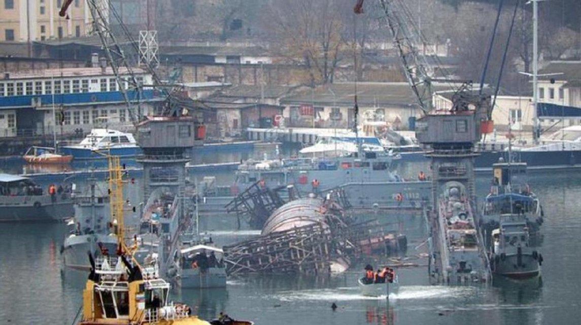 Даблхит: в Крыму затонул плавучий док с подлодкой оккупантов - фото 192842