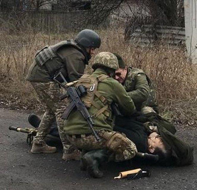 Боевики застрелили мирного жителя в Марьинке (ФОТО 18+) - фото 193018