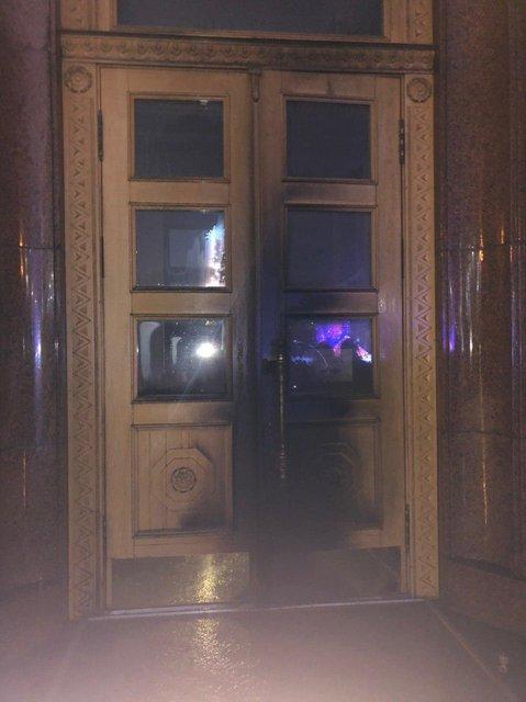 В Харькове мужчина поджег двери ОГА. Последствия печальны - ФОТО - фото 193537