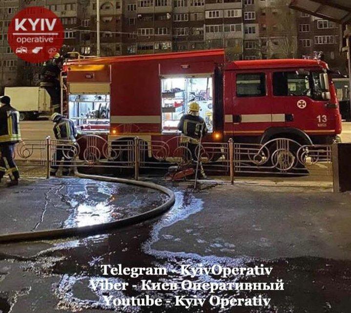 Преступники подожгли и расстреляли столичный рынок. Под носом у полиции – ФОТО - фото 193660