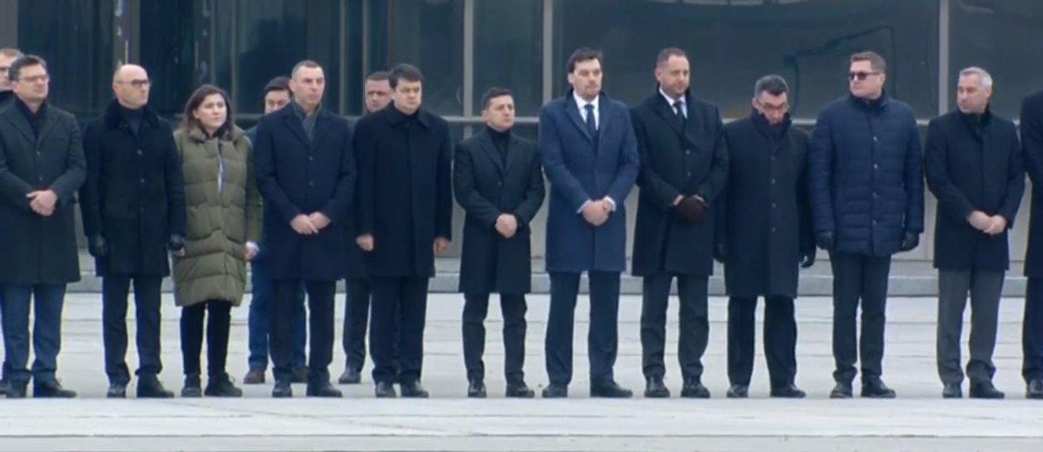 В Украину доставили тела погибших при крушении 'Боинга' (ФОТО + ВИДЕО) - фото 194532