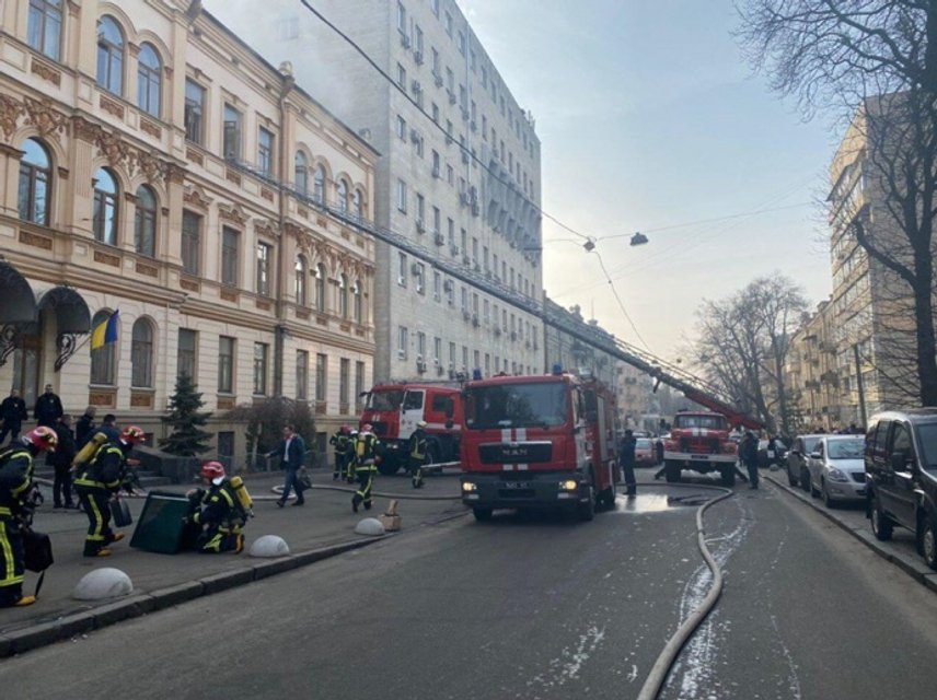 В Киеве горит Минкульт, идет эвакуация – ФОТО, ВИДЕО - фото 194909