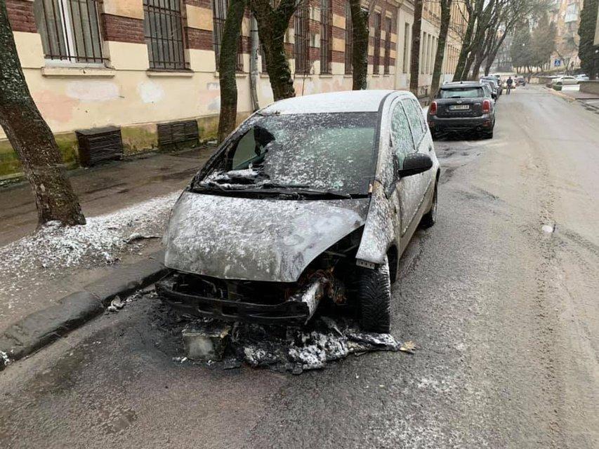 Во Львове сожгли машину журналистки 'Радио Свобода' – ФОТО - фото 195111