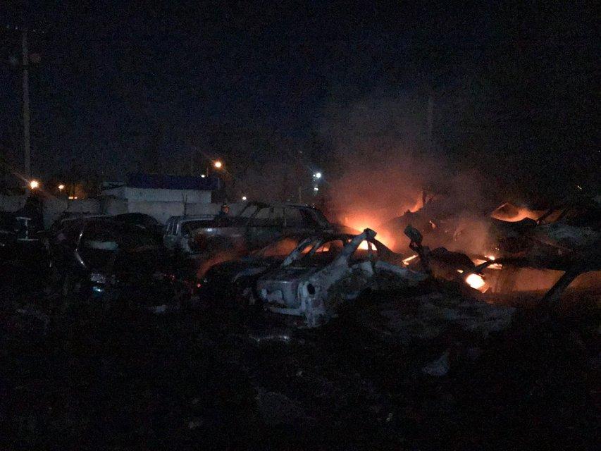 Кругом дым и пламя: в Одессе сгорели десятки машин – ФОТО - фото 195629