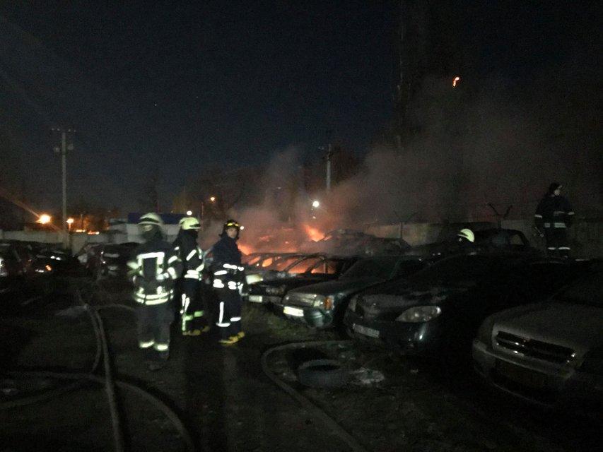 Кругом дым и пламя: в Одессе сгорели десятки машин – ФОТО - фото 195630