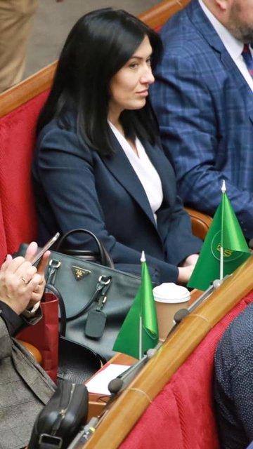 'Слуга народа' спалилась с сумочкой за десятки тысяч – ФОТО - фото 196014
