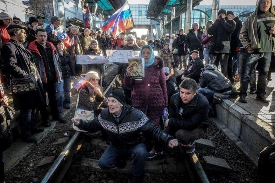 300 санжарцев: Почему украинцы готовы расправляться с эвакуированными из Уханя - фото 196177
