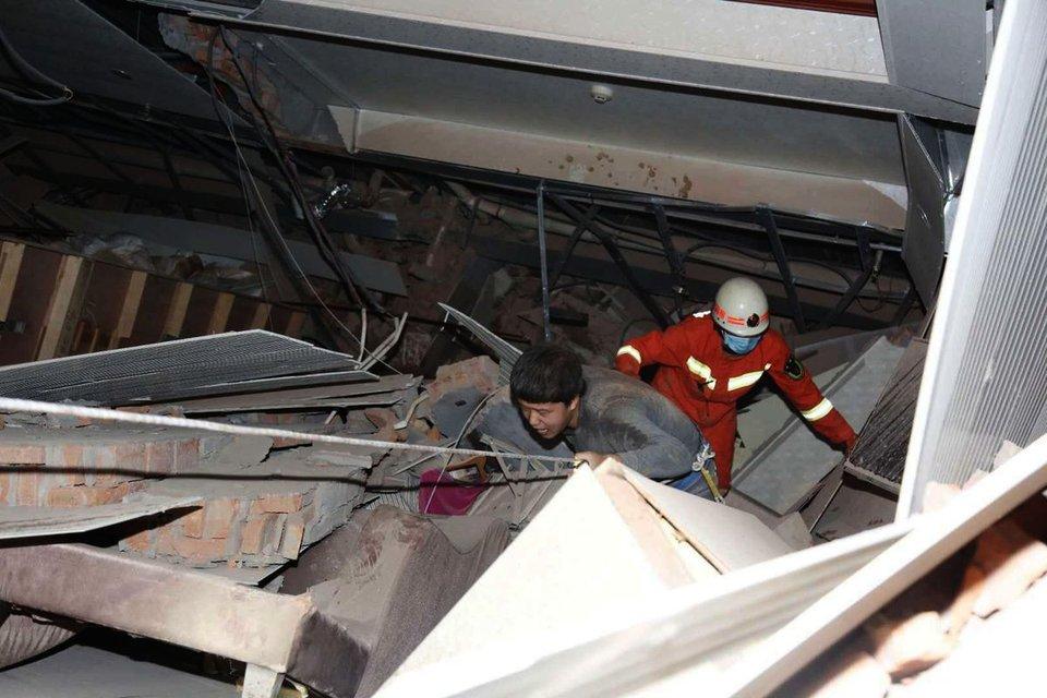 В Китае рухнул отель с десятками людей: Они находились на карантине – ФОТО, ВИДЕО - фото 196933