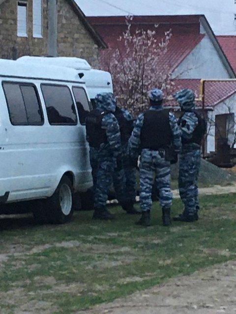 Оккупанты вломились в дома крымских татар: Что происходит? - фото 197060