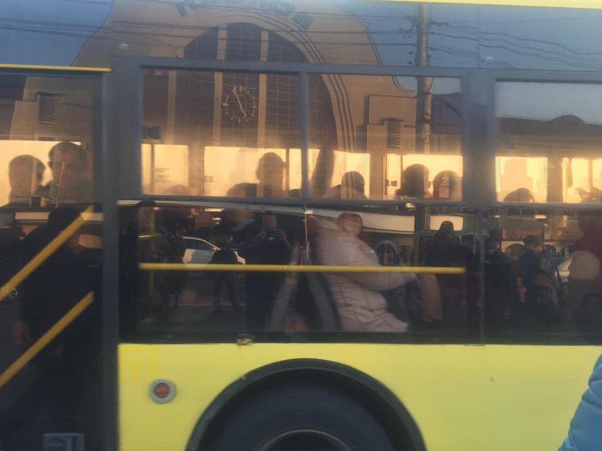 В Киеве все забили на карантин из-за закрытого метро (ФОТО+ВИДЕО) - фото 197416