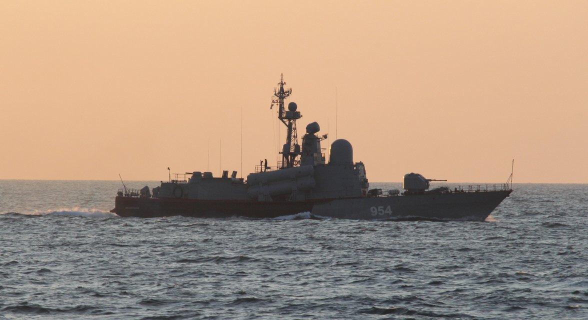 Военный катер РФ вторгся в морскую зону Украины - ФОТО, ВИДЕО - фото 197798