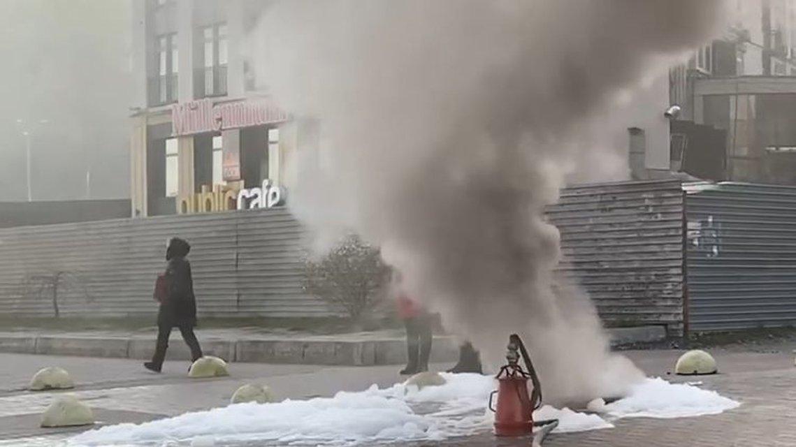 Крещатик затянуло дымом: огонь девять часов уничтожает коммуникации под центром столицы - фото 198230