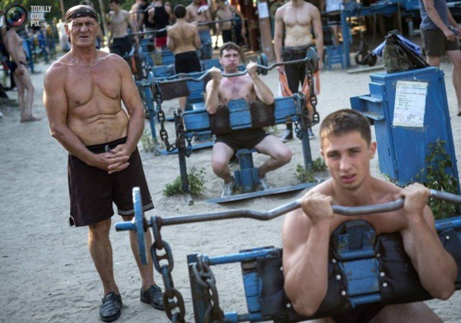Киевлянин переплыл Днепр, чтобы попасть в качалку: Но появилась полиция – ВИДЕО - фото 198293