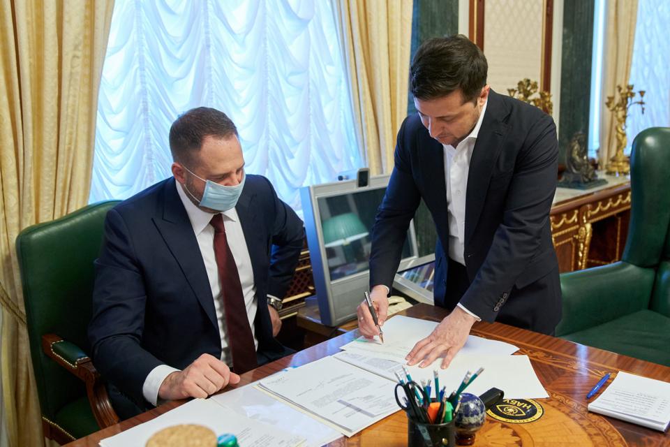 'Это исторический момент': Зеленский подписал закон о рынке земли - фото 199284