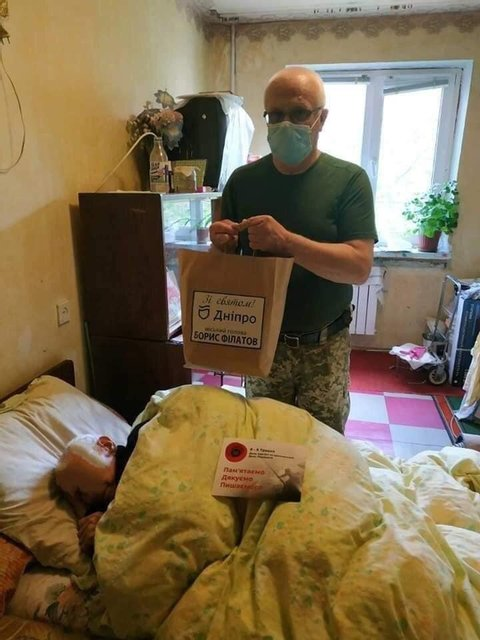 При поддержке горсовета: в Днепре работники военкомата раздали дикие подарки ветеранам - фото 199700