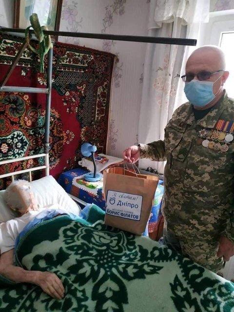 При поддержке горсовета: в Днепре работники военкомата раздали дикие подарки ветеранам - фото 199701