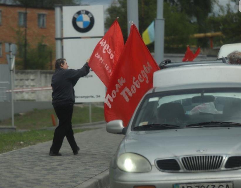 В Запорожье произошла стычка из-за колонны с красными флагами – ФОТО - фото 199830