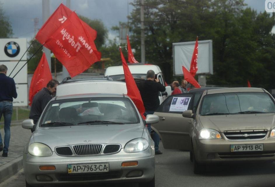 В Запорожье произошла стычка из-за колонны с красными флагами – ФОТО - фото 199831