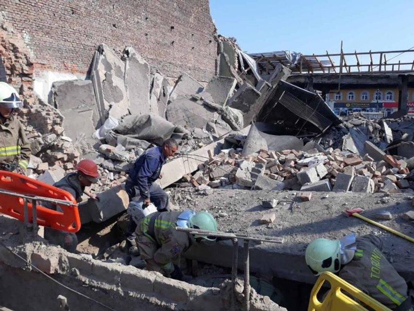 На Закарпатье рухнул кинотеатр, под завалами оказались люди – жуткие ФОТО - фото 200044