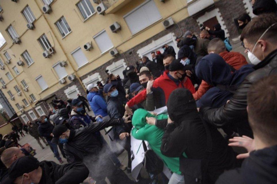 Возле офиса Медведчука прогремел взрыв – СМИ (ФОТО, ВИДЕО) - фото 200434
