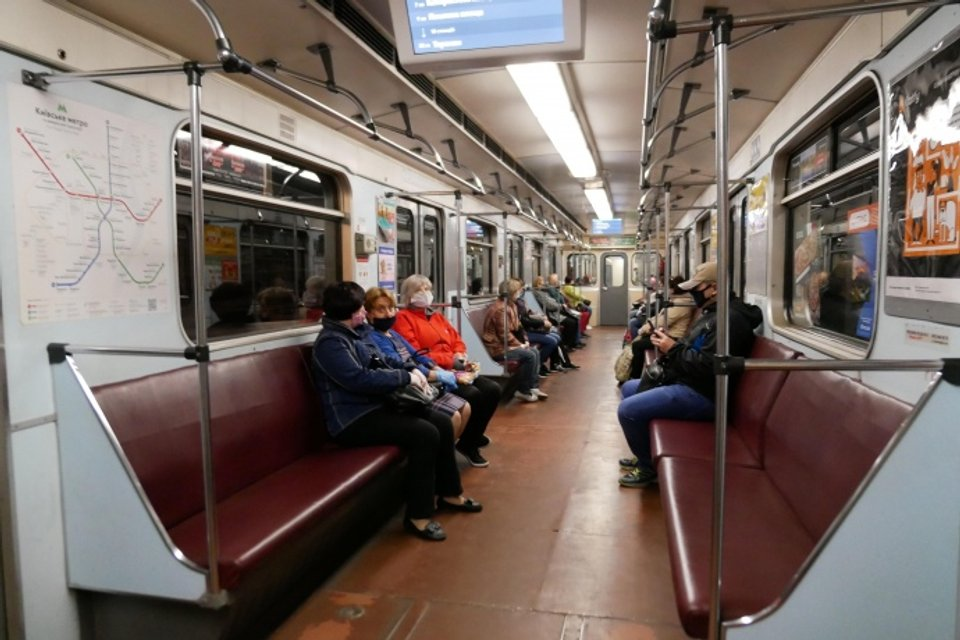 Пассажиры метро обязаны носить средства индивидуальной защиты - фото 200490