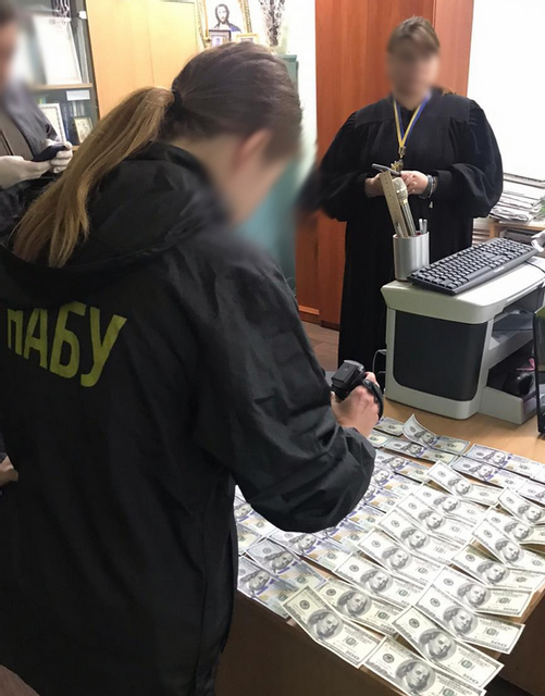 В Харькове судья погорел на огромной взятке – ФОТО - фото 200657