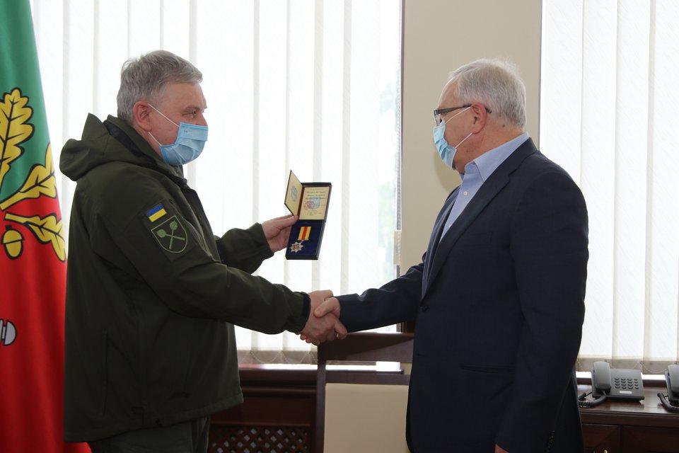 Минообороны наградило регионала Вилкула 'за содействие ВСУ' - фото 200851
