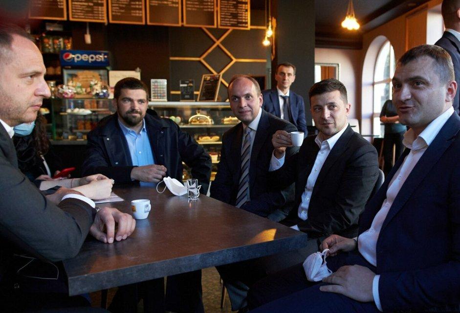Зеленский попил кофе в незаконно работающем кафе в Хмельницком (ФОТО) - фото 200986