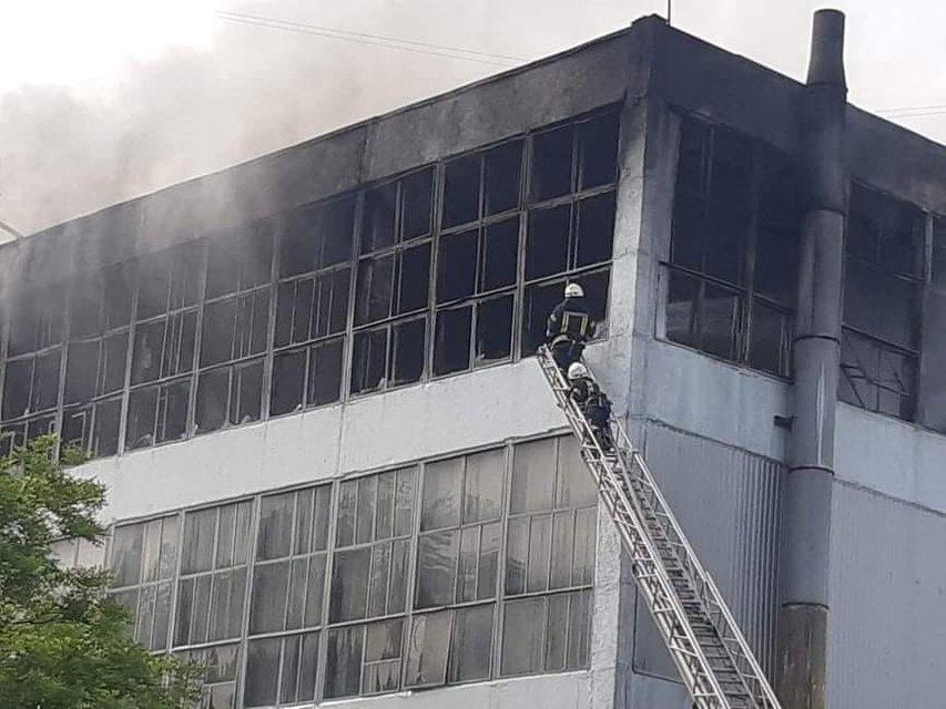 В Запорожье горела фабрика, на место ЧП съехались десятки пожарных - фото 201114