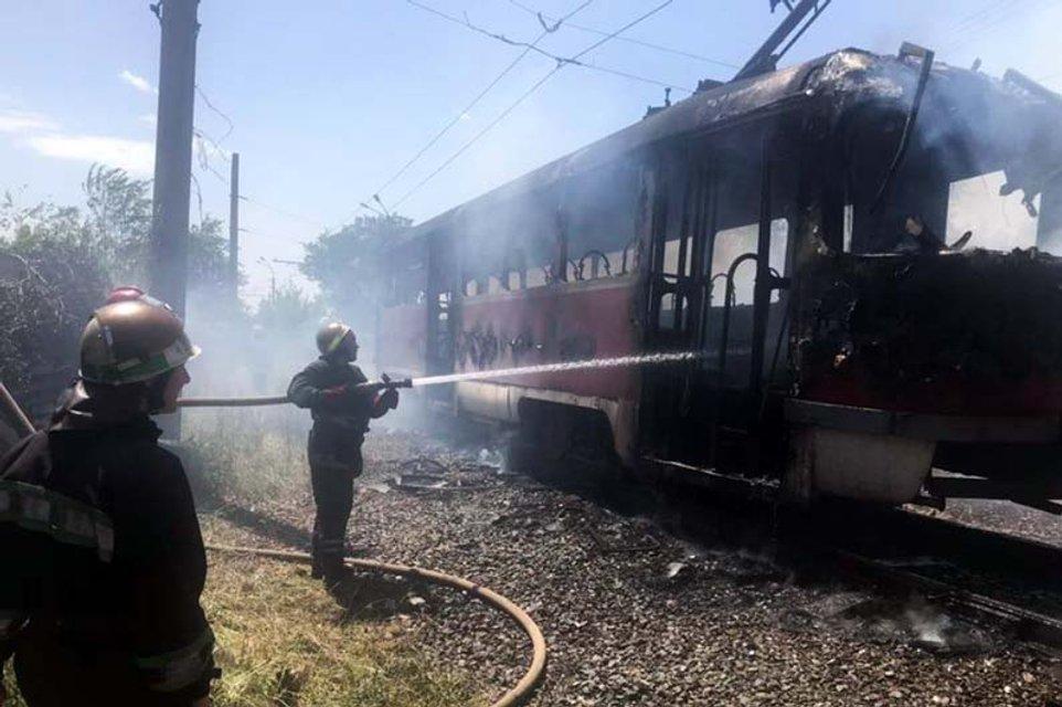 В Кривом Роге загорелся трамвай с людьми – ФОТО, ВИДЕО - фото 201206