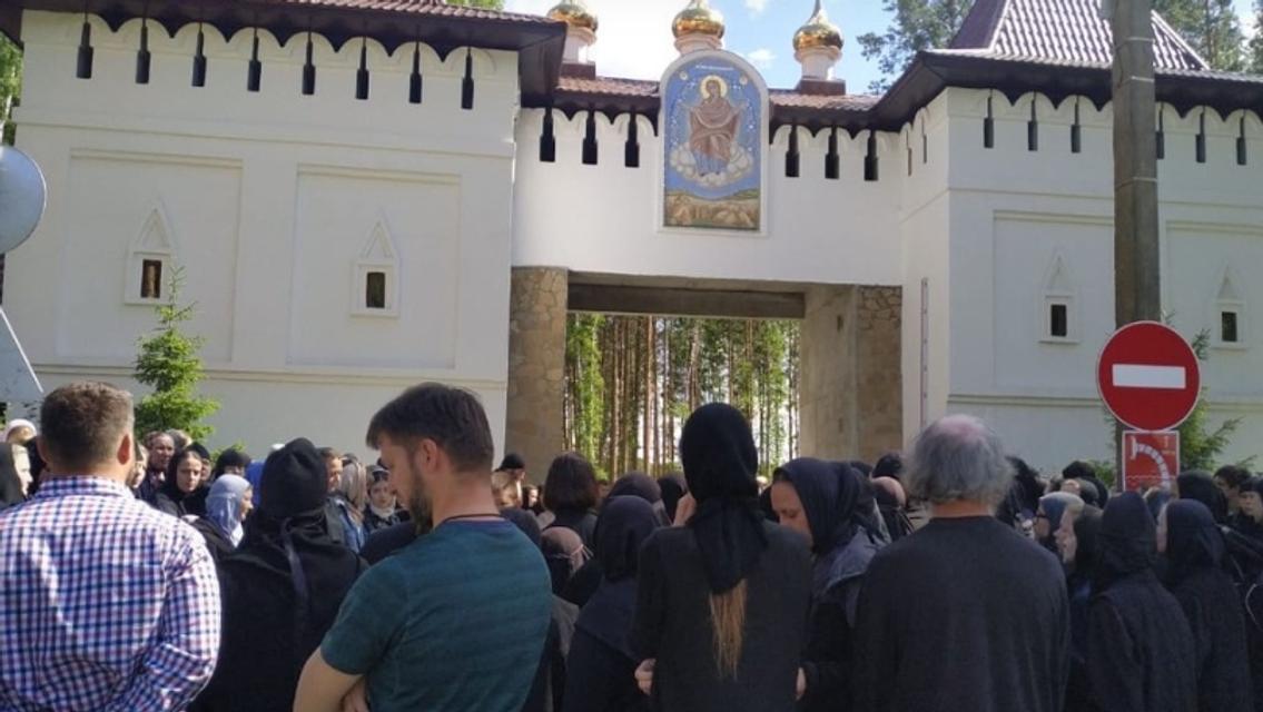 В России убийца-духовник Поклонской вместе с боевиками 'ДНР' захватил женский монастырь - фото 201522