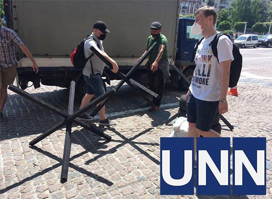 У Печерского суда, где будут избирать меру для Порошенко, установили баррикады (ФОТО) - фото 201619