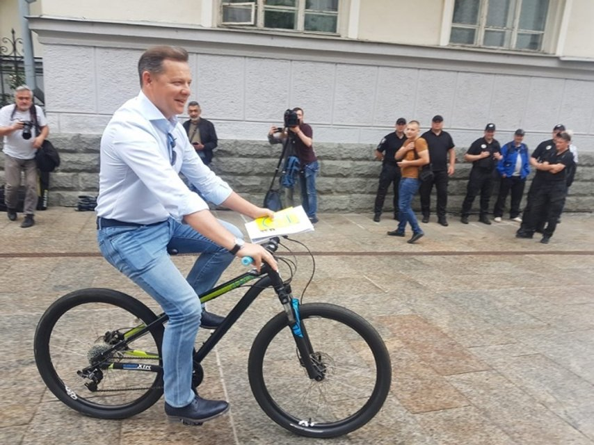 Для пиара: Дубинский минуту покатался на велосипеде и тут же укатил на Мерсе – ВИДЕО - фото 202291
