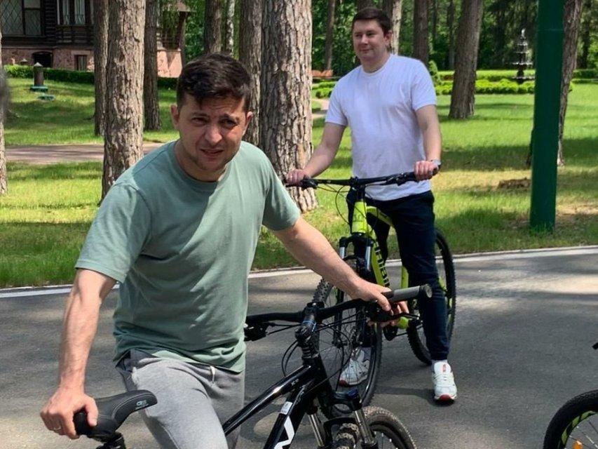 Для пиара: Дубинский минуту покатался на велосипеде и тут же укатил на Мерсе – ВИДЕО - фото 202292
