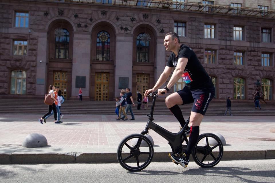 Для пиара: Дубинский минуту покатался на велосипеде и тут же укатил на Мерсе – ВИДЕО - фото 202293