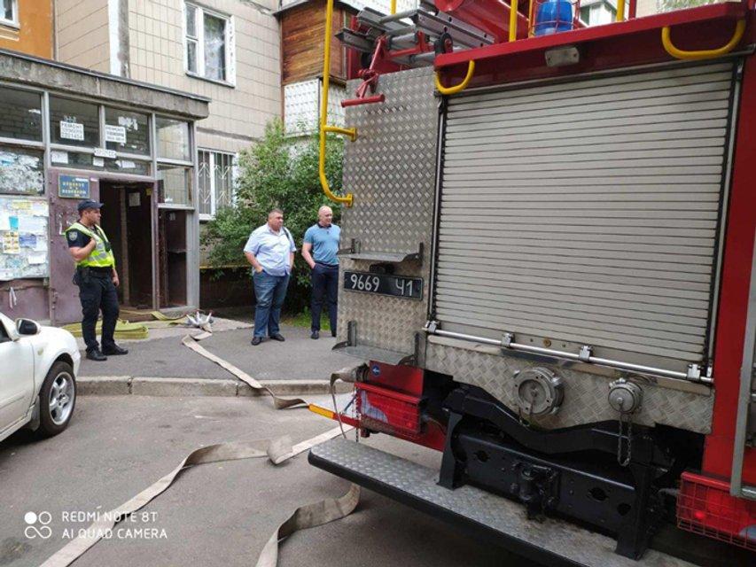 В столичной многоэтажке произошла утечка газа, жителей дома срочно эвакуировали - фото 202404