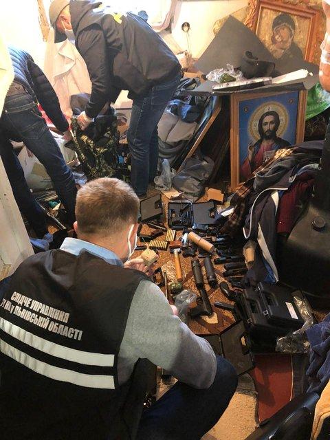На Львовщине священник торговал оружием: Его схватила НПУ - ФОТО - фото 202474
