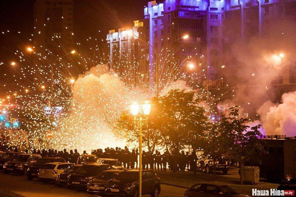 В Беларуси ОМОН устроил кровавую бойню, пострадали сотни человек – ФОТО - фото 203781