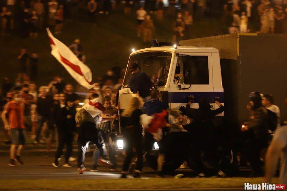 В Беларуси ОМОН устроил кровавую бойню, пострадали сотни человек – ФОТО - фото 203782