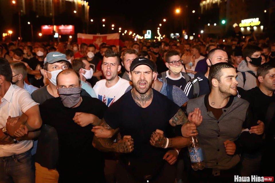 В Беларуси ОМОН устроил кровавую бойню, пострадали сотни человек – ФОТО - фото 203784