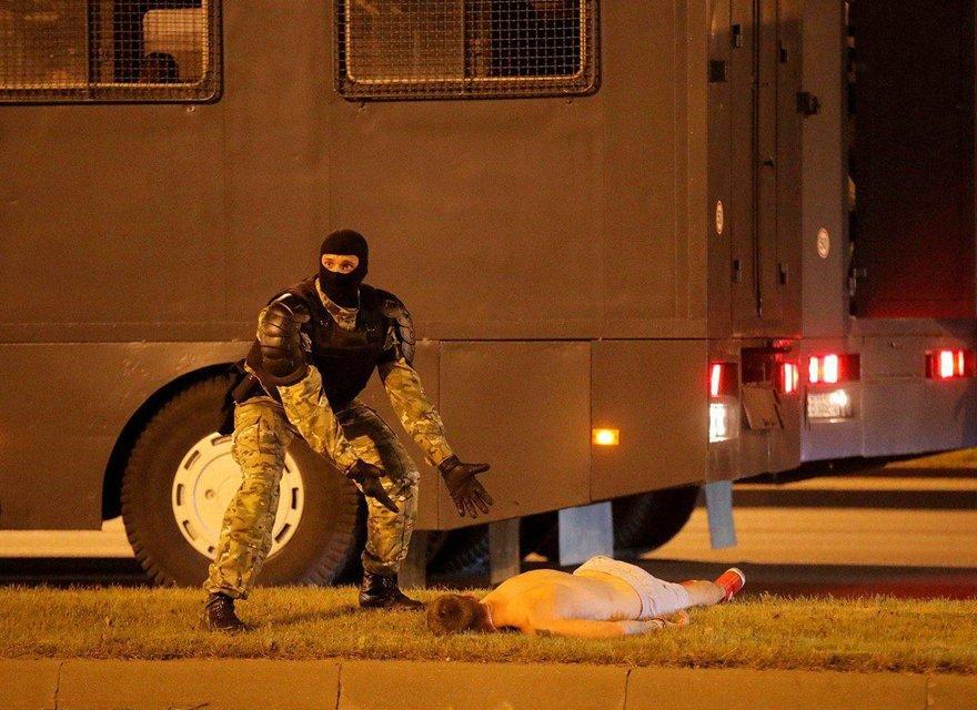 В Беларуси ОМОН устроил кровавую бойню, пострадали сотни человек – ФОТО - фото 203786